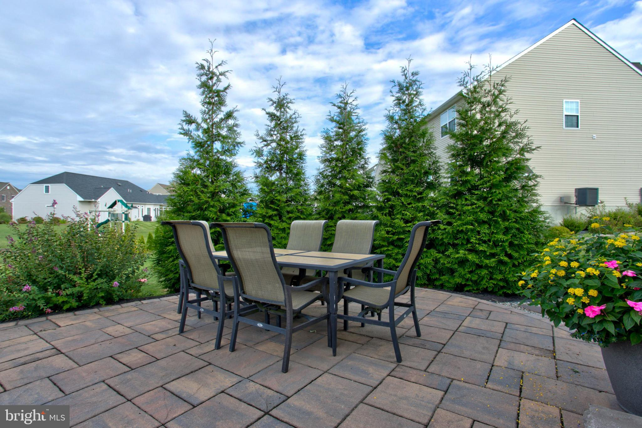 SIde patio area - nicely landscaped for privacy!