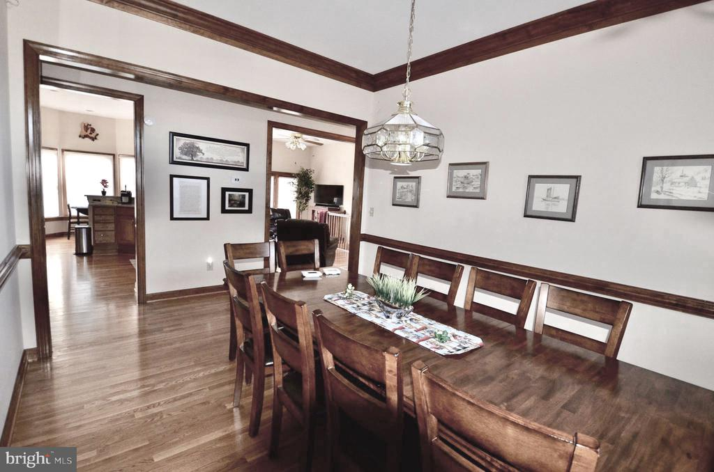 Large dining  with crown molding / chair railing. - 15805 BREAK WATER CT, MINERAL