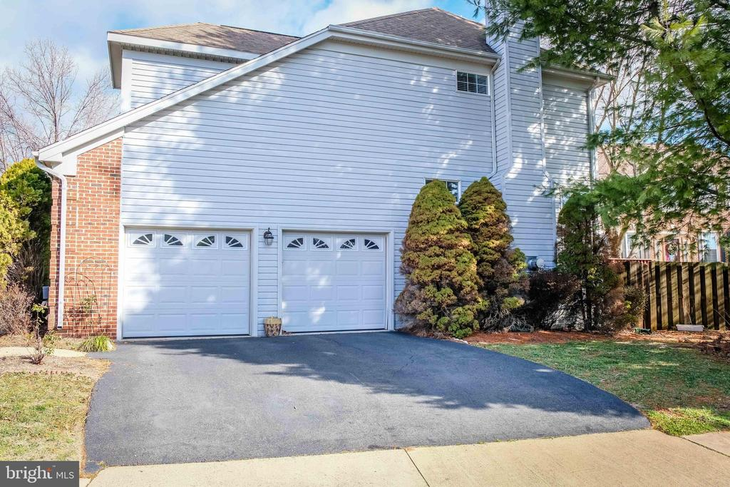 Side load garage - 47400 GALLION FOREST CT, STERLING