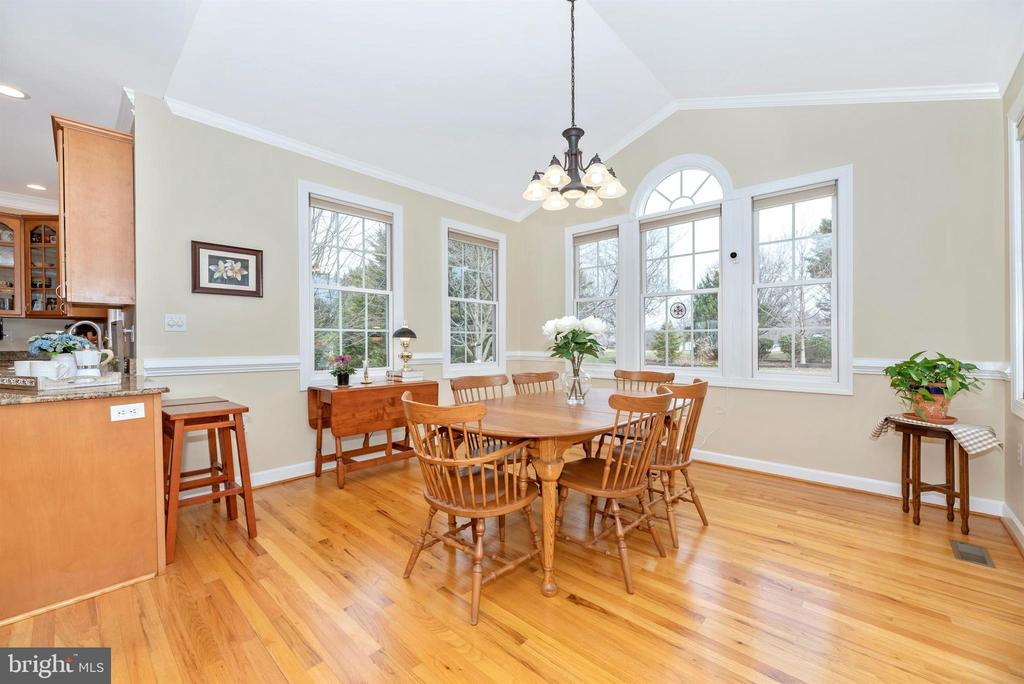 Bright and Airy! - 5221 MUIRFIELD DR, IJAMSVILLE
