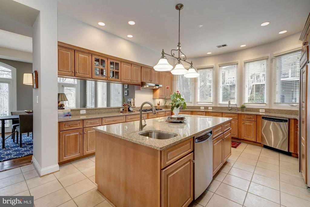 Over-sized kitchen accommodates all the guests! - 3942 27TH RD N, ARLINGTON