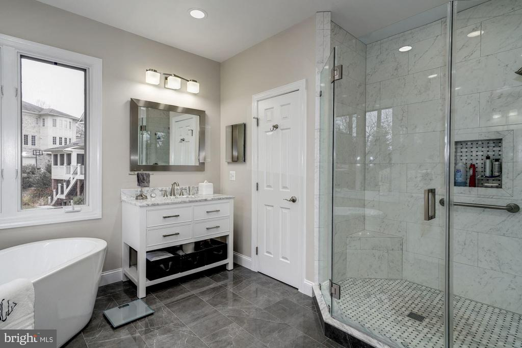 MBA features his/hers toilet chambers - 3942 27TH RD N, ARLINGTON