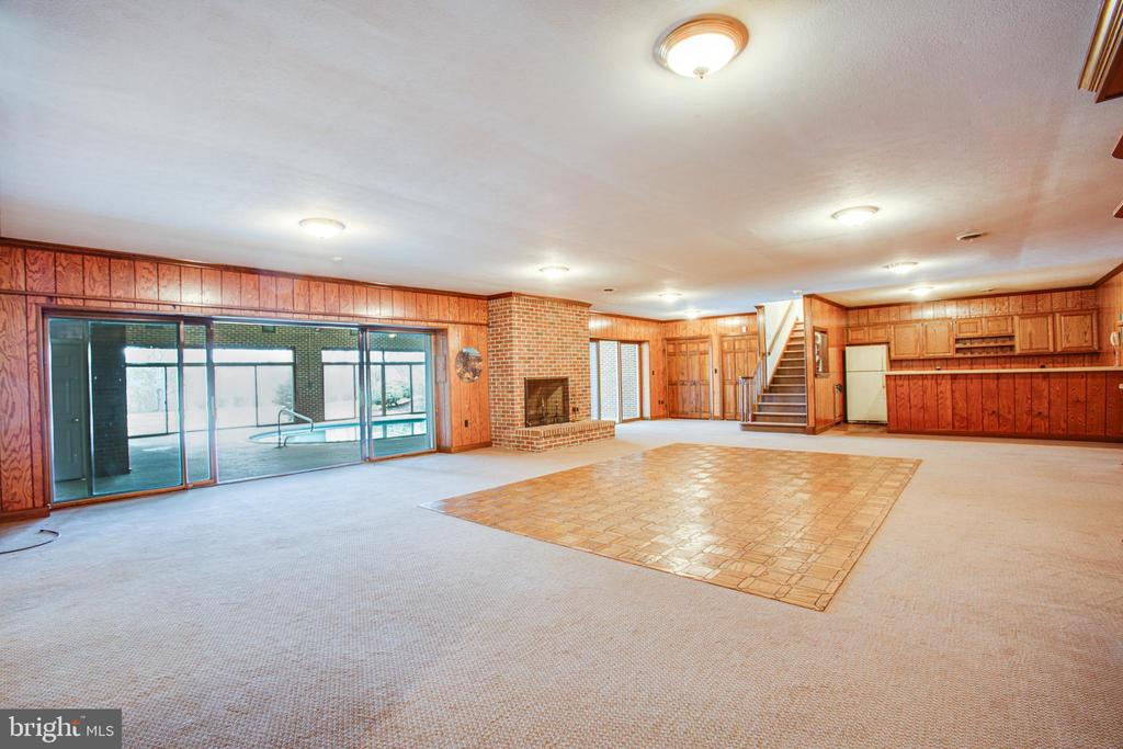 GREAT ROOM SHOWING POOL, FIREPLACE AND WET BAR - 11315 NORTH CLUB DR, FREDERICKSBURG