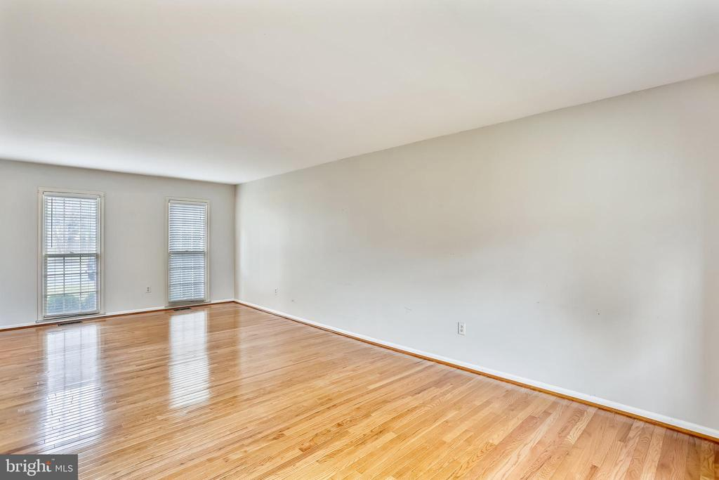 Large living room - 4405 CLIFTON SPRING CT, OLNEY