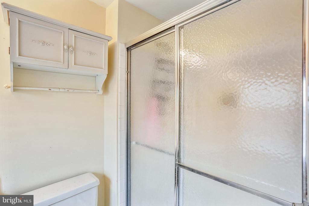 Master bath with shower - 4405 CLIFTON SPRING CT, OLNEY
