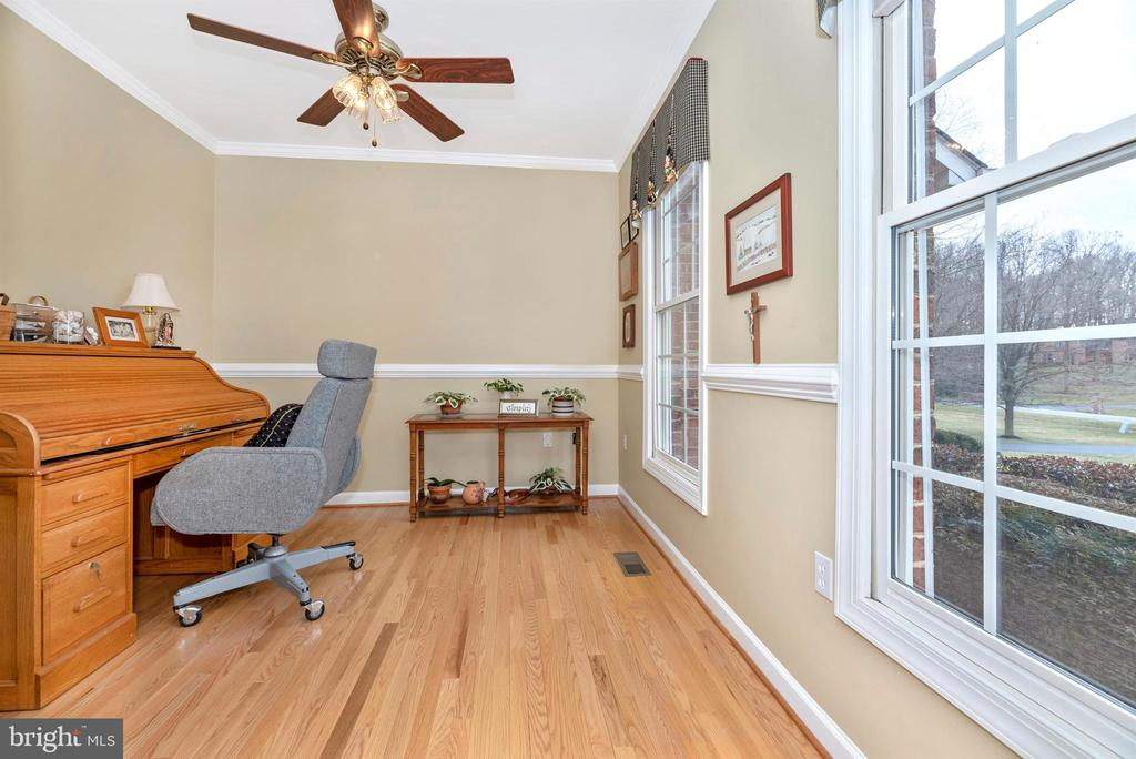 The Perfect Office Space on Main Level! - 5221 MUIRFIELD DR, IJAMSVILLE