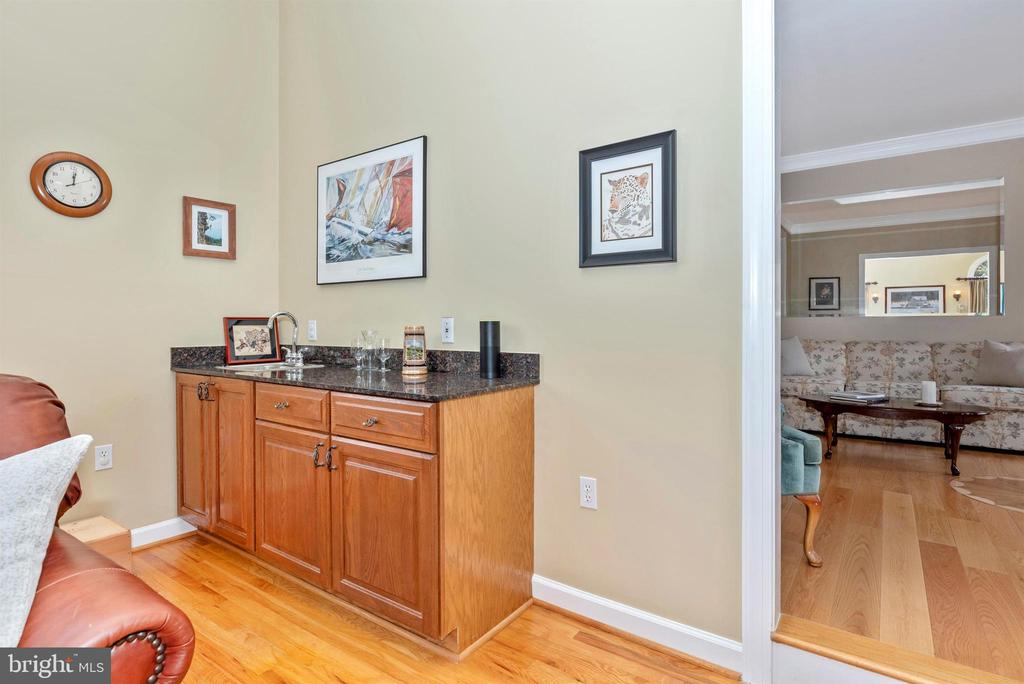Wet Bar Perfect for Entertaining - 5221 MUIRFIELD DR, IJAMSVILLE