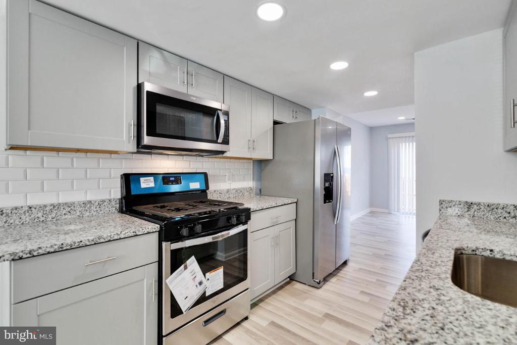 Kitchen with Stainless Steel Appliances - 2027 MAYFLOWER DR, WOODBRIDGE