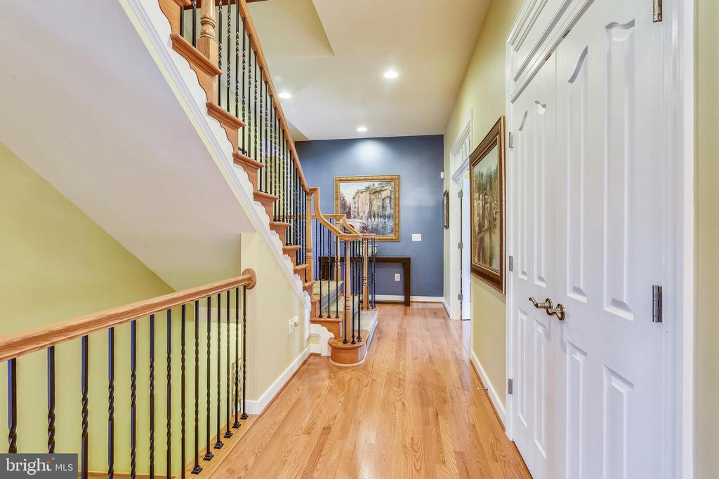 MN LV HALL OPEN TO OFFICE AND LEADS TO UPPER STAIR - 8 SNAPDRAGON DR, STAFFORD