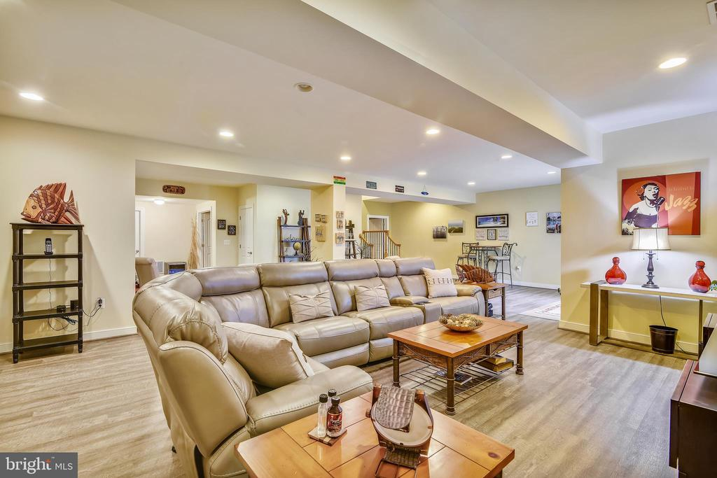 RECROOM SUPER FOR FAMILY GATHERINGS - 8 SNAPDRAGON DR, STAFFORD