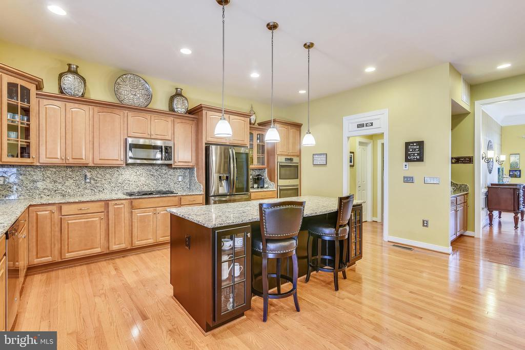 HUGE ISLAND WITH DESIGNER CABINETS WITH GLASS DOOR - 8 SNAPDRAGON DR, STAFFORD