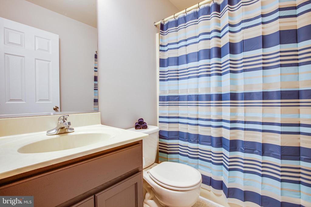 Full bathroom - 121 LONGVIEW DR, STAFFORD