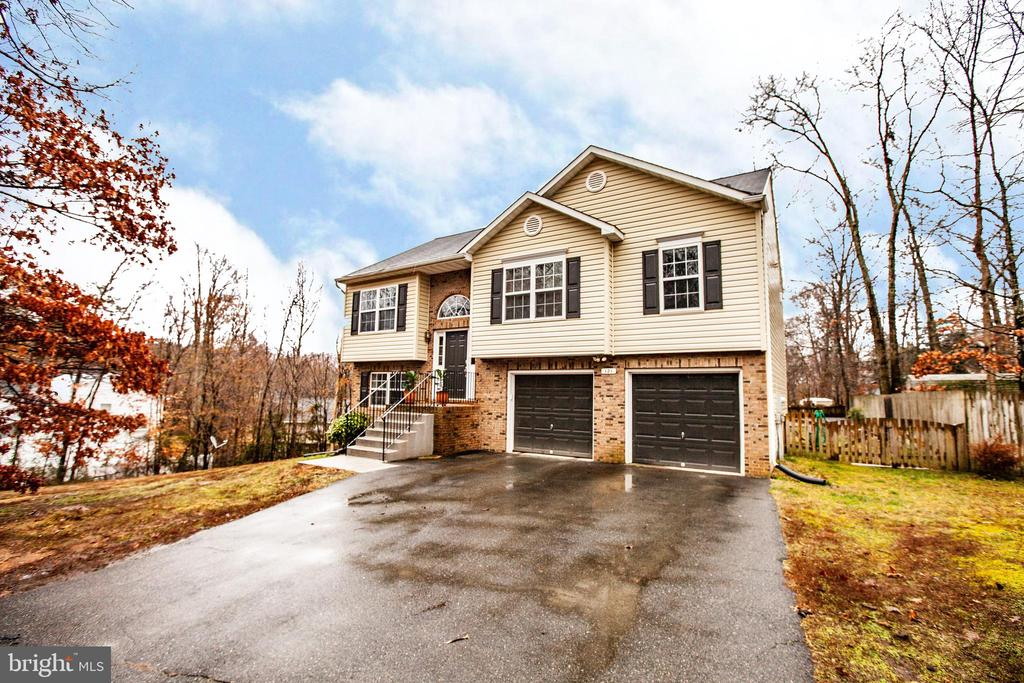 Set back off the street on 0.46 of an acre - 121 LONGVIEW DR, STAFFORD