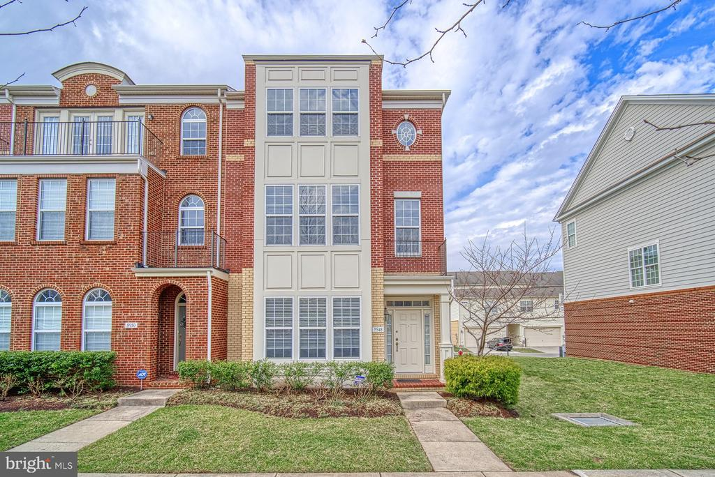 Three level town home with brick /Vinyl - 19348 GARDNER VIEW SQ, LEESBURG