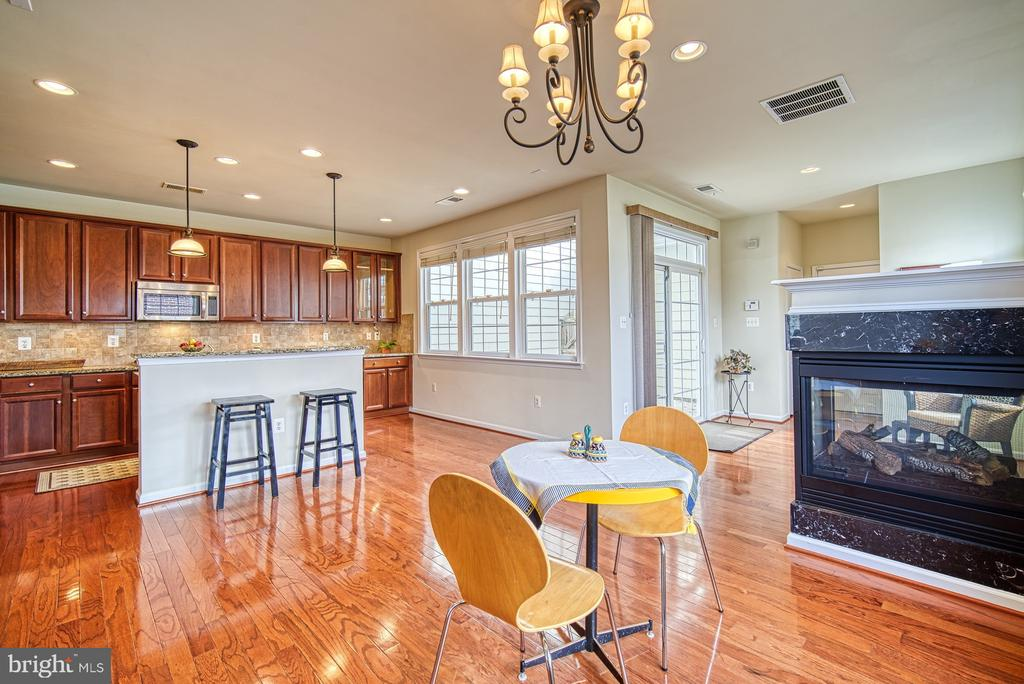 Breakfast room with two sided fireplace - 19348 GARDNER VIEW SQ, LEESBURG