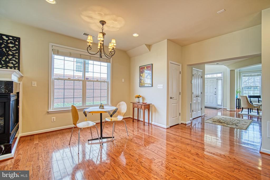 Eat in kitchen with plenty of natural light. - 19348 GARDNER VIEW SQ, LEESBURG