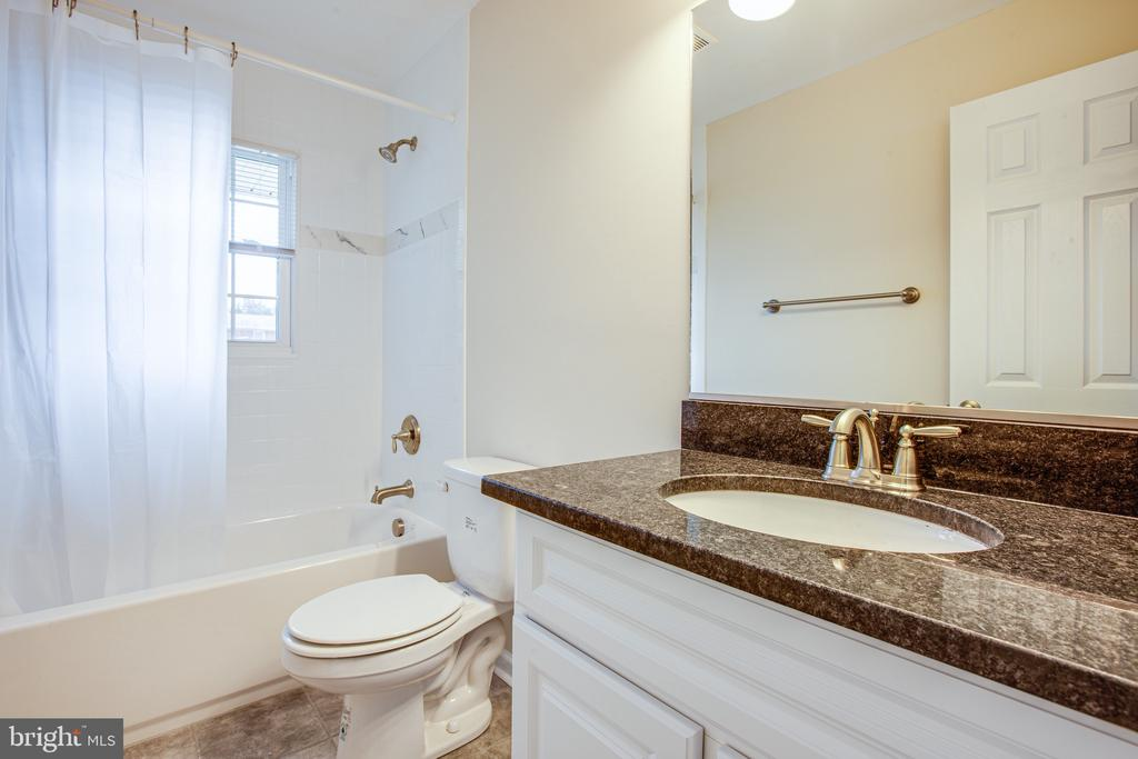 Renovated Full Bath w/ Tile Inlay - 806 PAYTON DR, FREDERICKSBURG