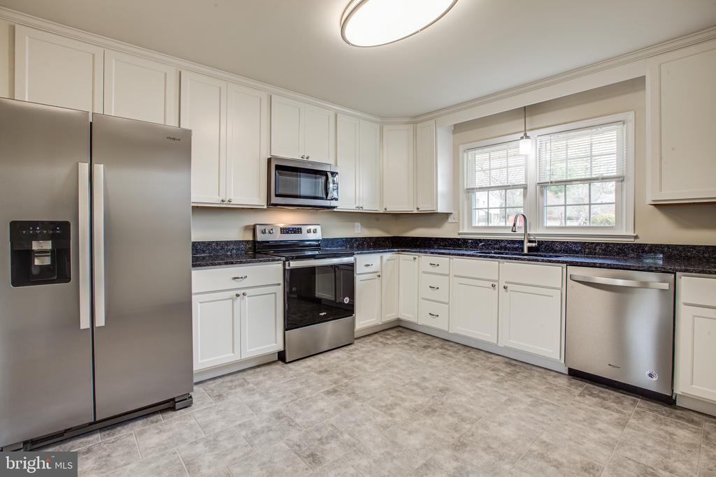 Stainless steel appliances and granite countertops - 806 PAYTON DR, FREDERICKSBURG