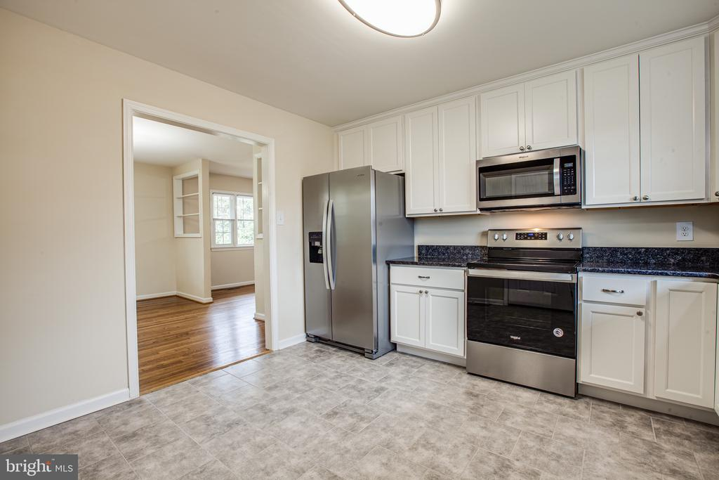 This newly renovated kitchen is light and airy - 806 PAYTON DR, FREDERICKSBURG