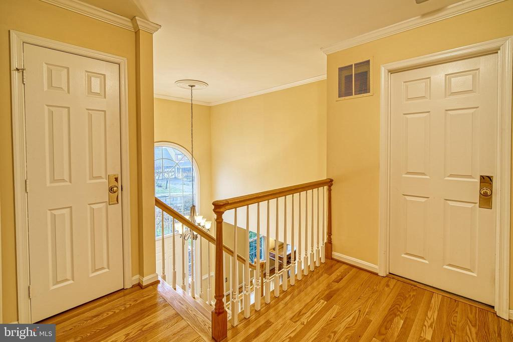Hardwoods on upper level hall - 12204 KNIGHTSBRIDGE DR, WOODBRIDGE