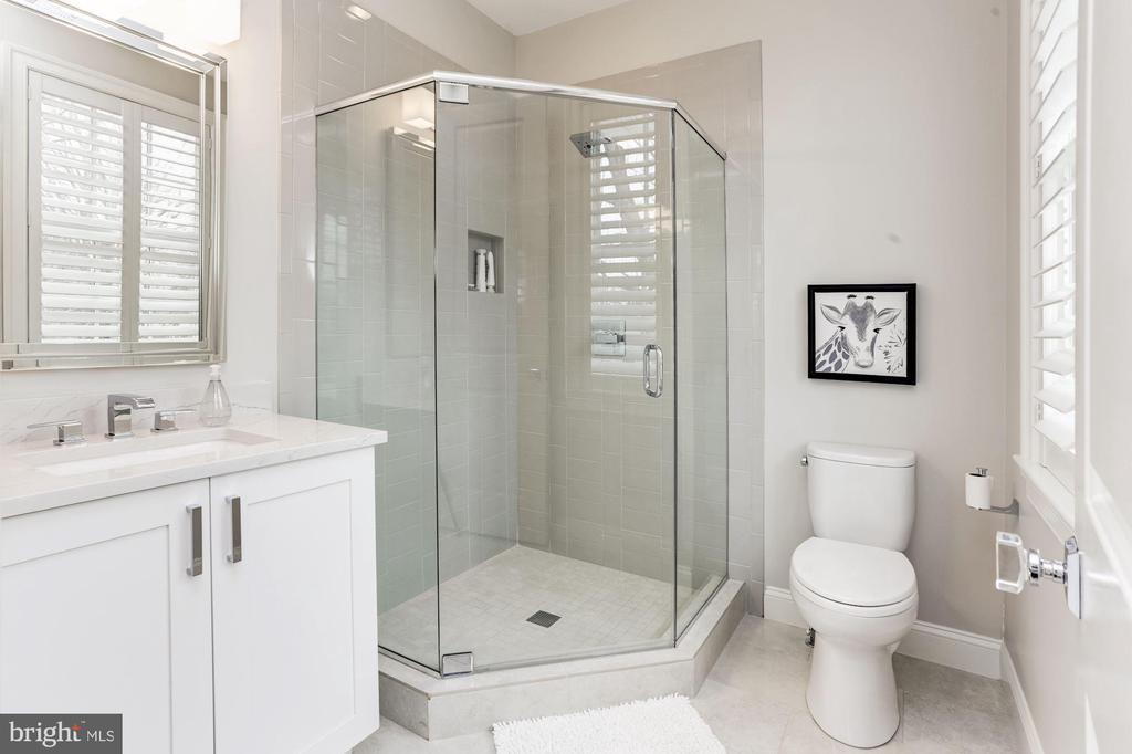 Bathroom Three - 4205 GLENROSE ST, KENSINGTON