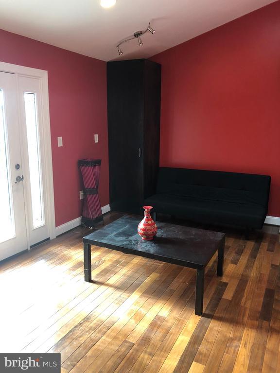 Bright, sunny room. - 6809 CALVERTON DR, HYATTSVILLE