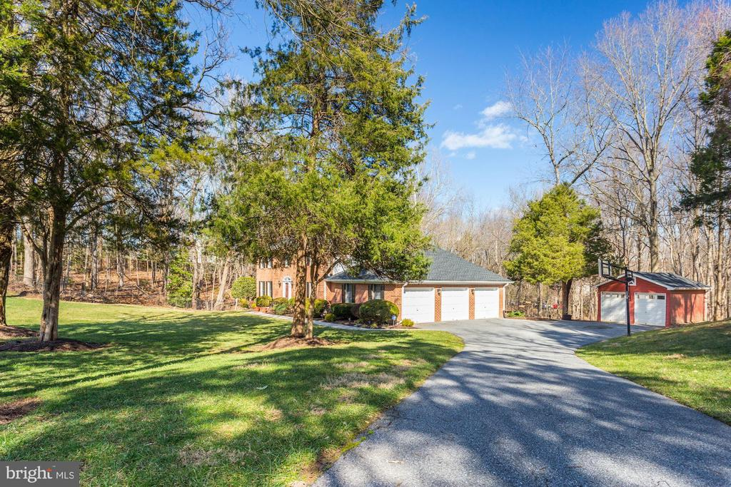 Welcoming drive-way with view of shed and garage - 13701 ESWORTHY RD, GERMANTOWN