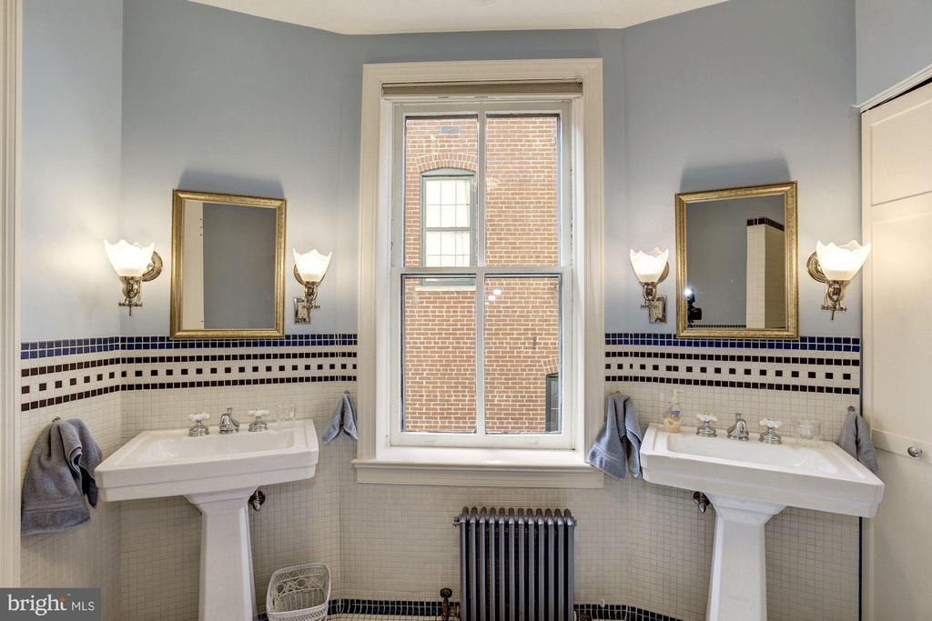 Dual sinks! - 226 8TH ST SE, WASHINGTON