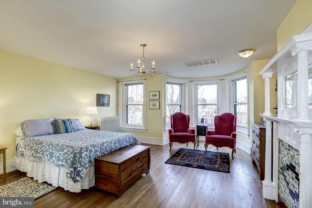 A 2nd master suite on the 3rd level. - 226 8TH ST SE, WASHINGTON