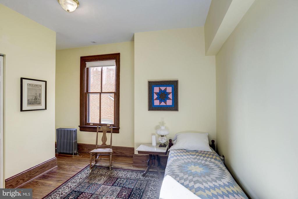 A real 2nd floor bedroom - 226 8TH ST SE, WASHINGTON