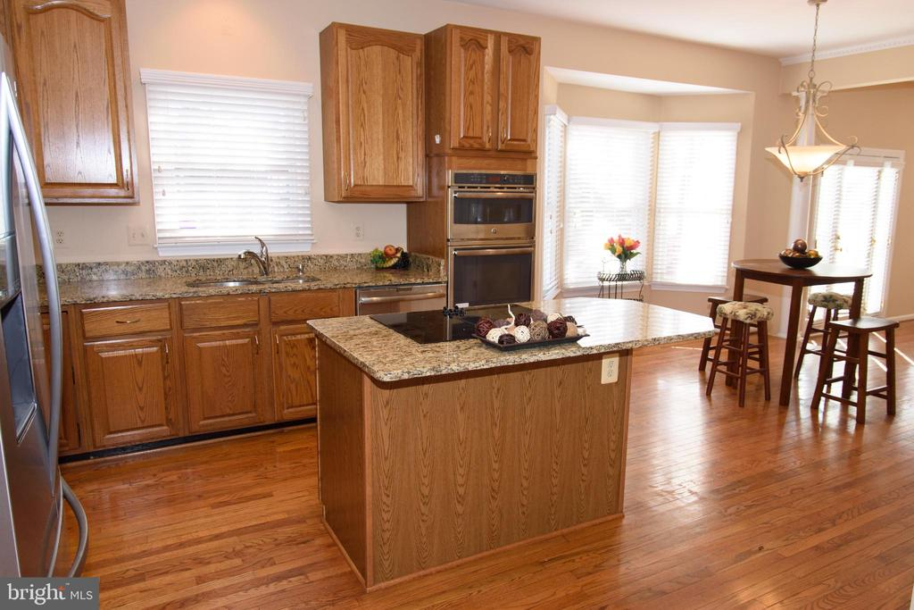 Kitchen with cooktop island - 47400 GALLION FOREST CT, STERLING