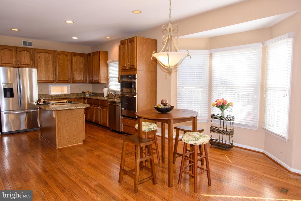 Large eat-n kitchen area with bay window - 47400 GALLION FOREST CT, STERLING