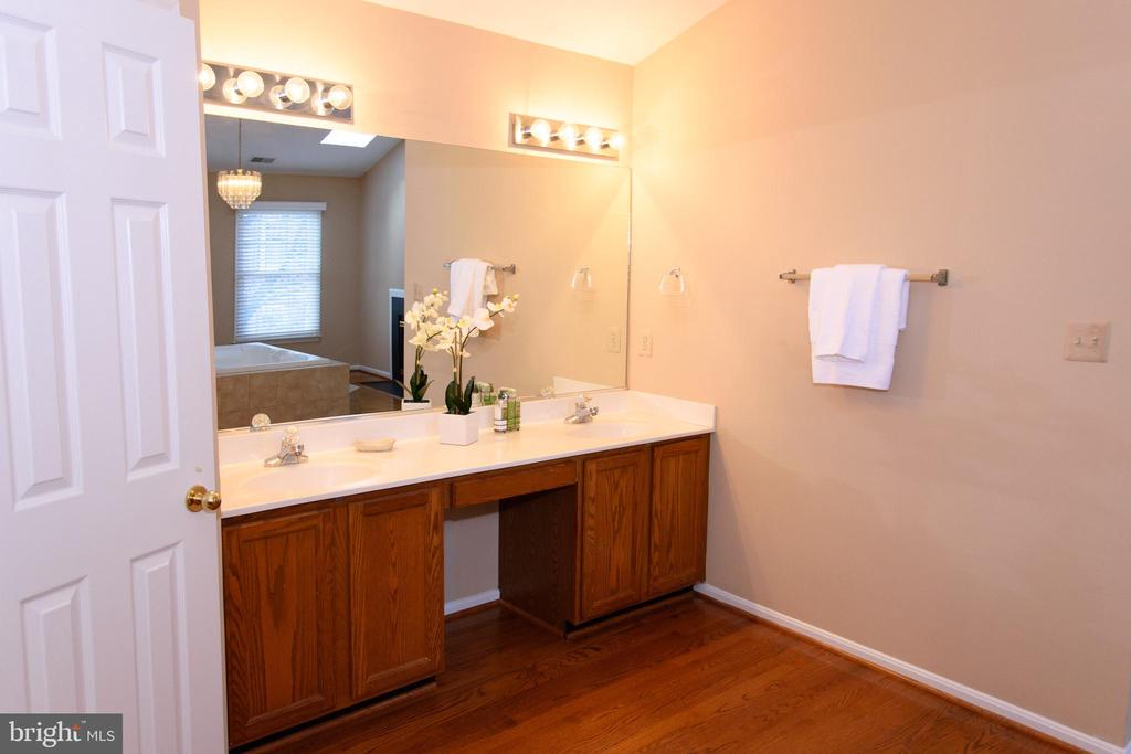 Master bath with two separate sink vanities - 47400 GALLION FOREST CT, STERLING