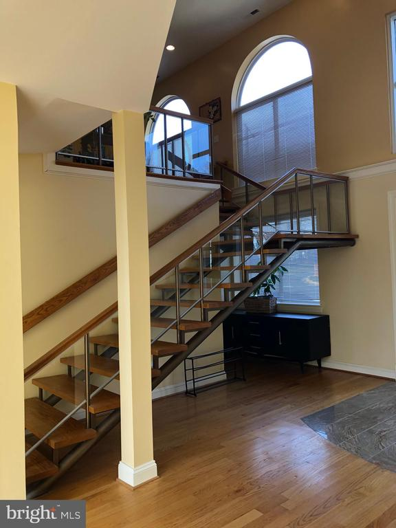 Let's go upstairs. - 6809 CALVERTON DR, HYATTSVILLE