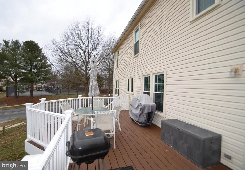Great deck off of family room - 20405 PERIDOT LN, GERMANTOWN