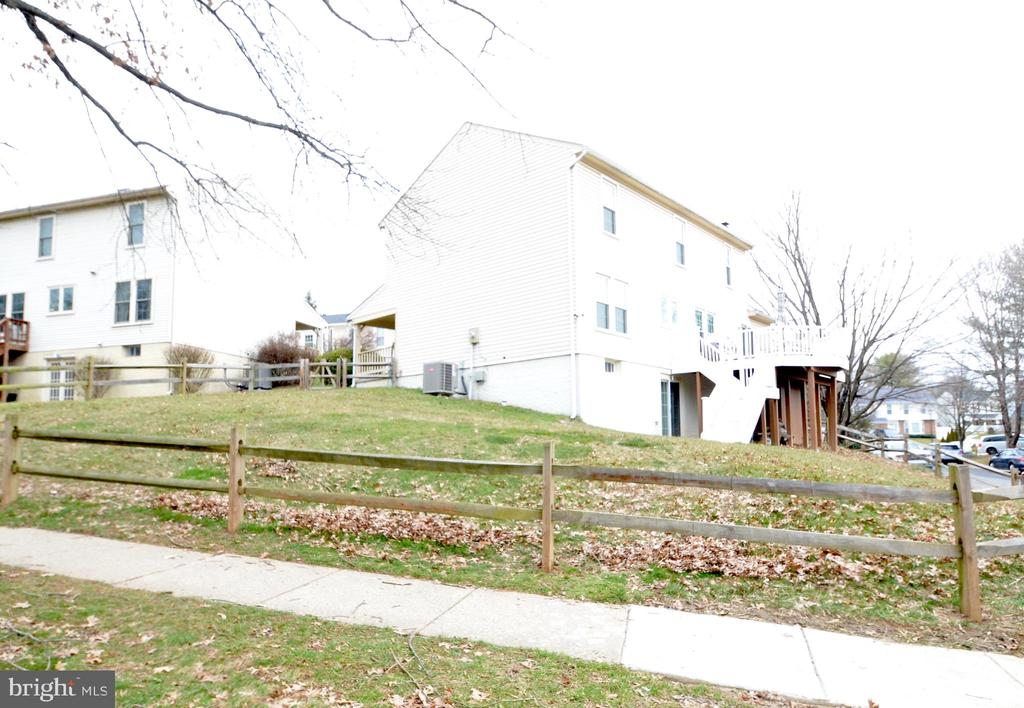 Extra large backyard for the community - 20405 PERIDOT LN, GERMANTOWN