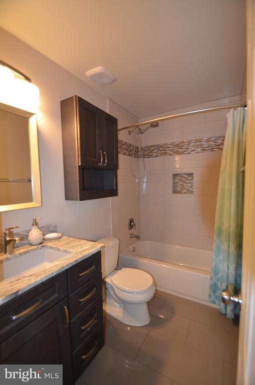 Upgraded hall bath w/tile floor and bath surround - 20405 PERIDOT LN, GERMANTOWN