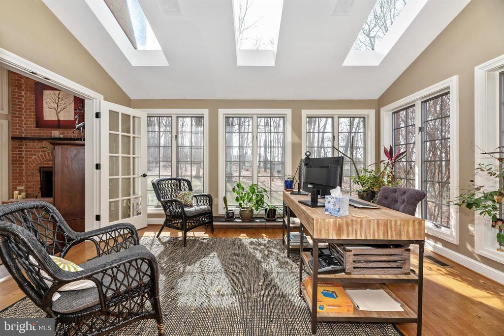 Meet with clients or enjoy the sunroom - 5218 MUIRFIELD DR, IJAMSVILLE
