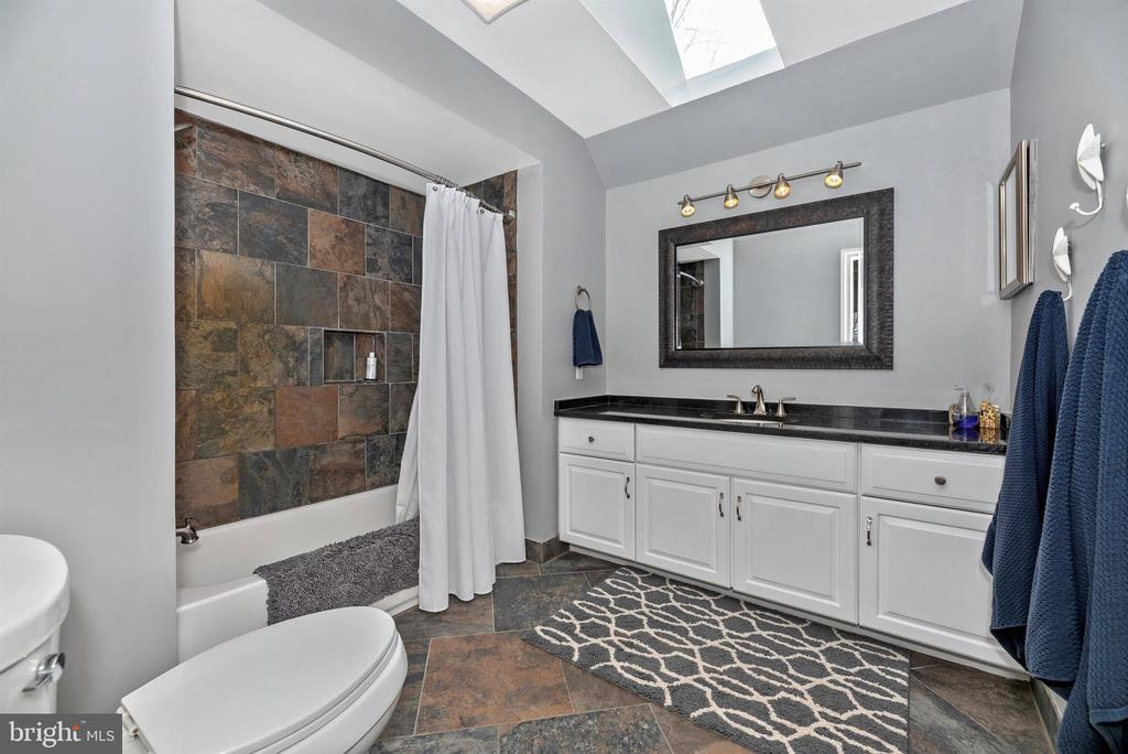 Private bath to rear bedroom - 5218 MUIRFIELD DR, IJAMSVILLE