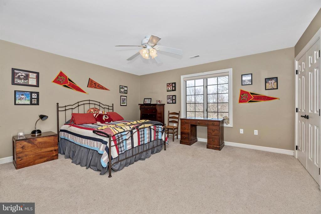 Large hall bedroom with large closets - 5218 MUIRFIELD DR, IJAMSVILLE