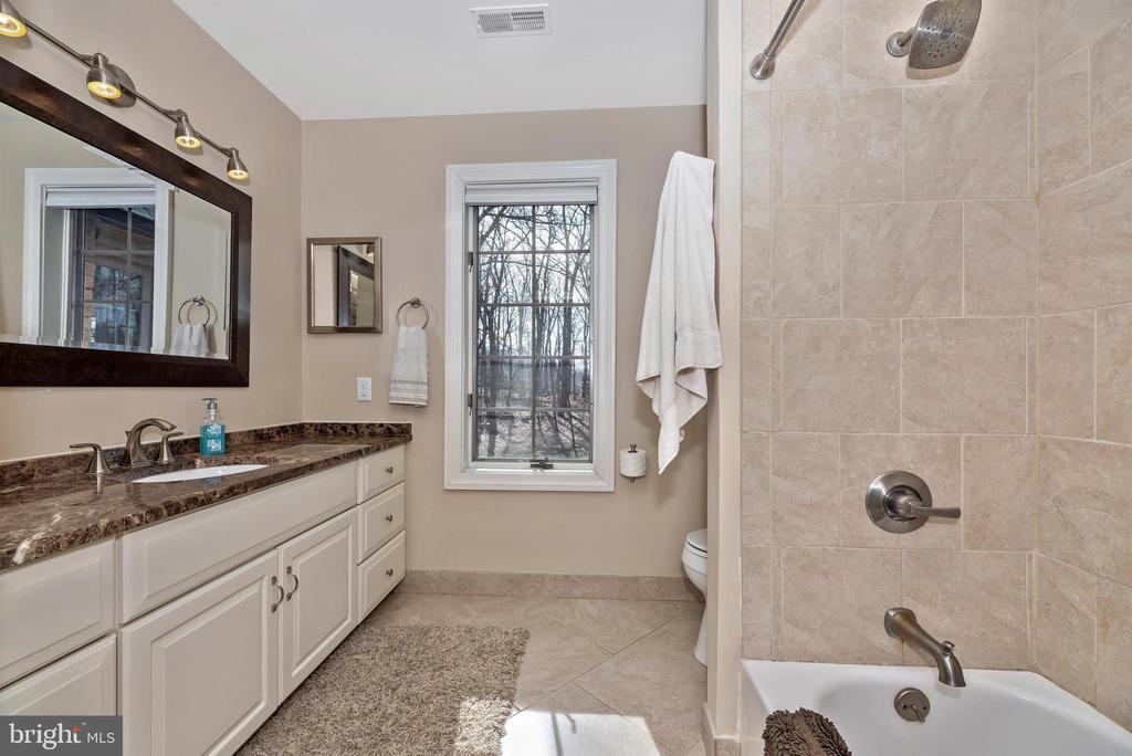 Newly renovated hall bath - 5218 MUIRFIELD DR, IJAMSVILLE