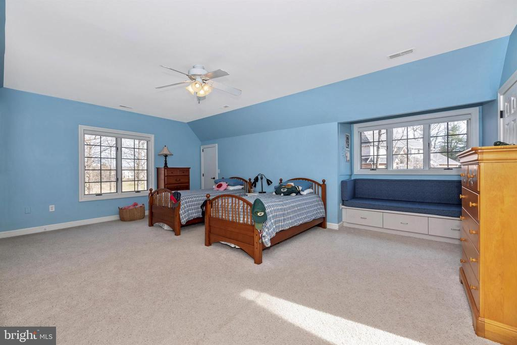 Expansive bedroom at top of rear stairs - 5218 MUIRFIELD DR, IJAMSVILLE