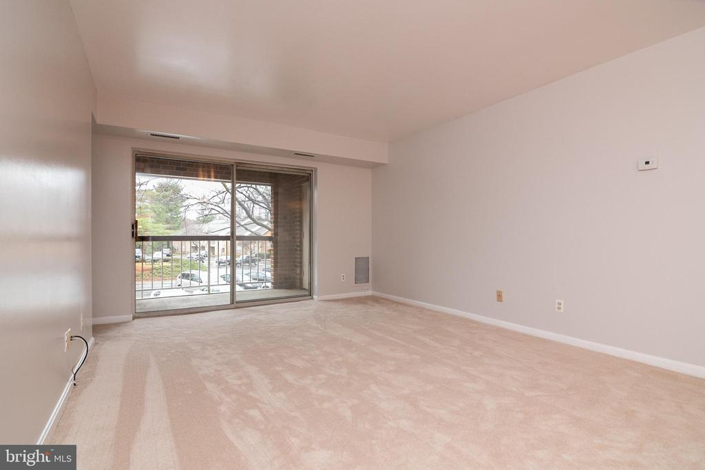 new carpeting in living room & dining rm area - 5934 COVE LANDING RD #301C, BURKE