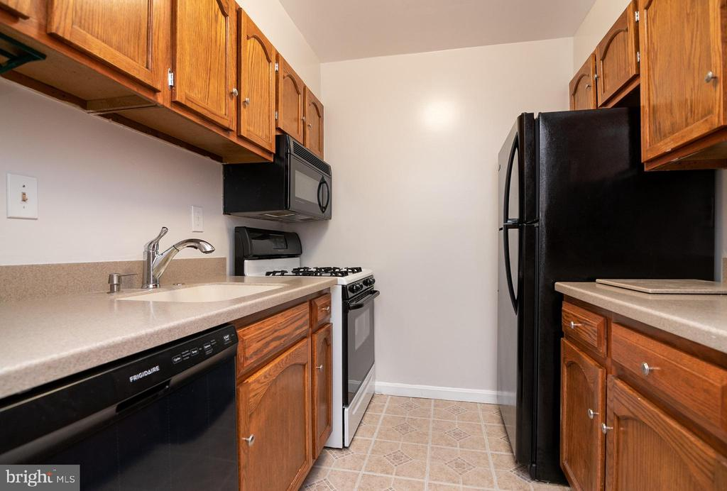 Kitchen with new refrigerator & dishwasher - 5934 COVE LANDING RD #301C, BURKE