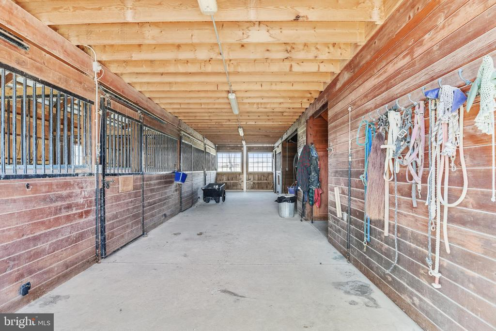 Five  Stall Horse Barn - 15730 OLD WATERFORD RD, PAEONIAN SPRINGS
