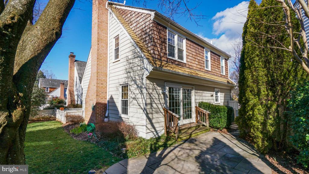 Private rear and side yard - fenced in for pets - 13 MEADOWGATE CIR, GAITHERSBURG