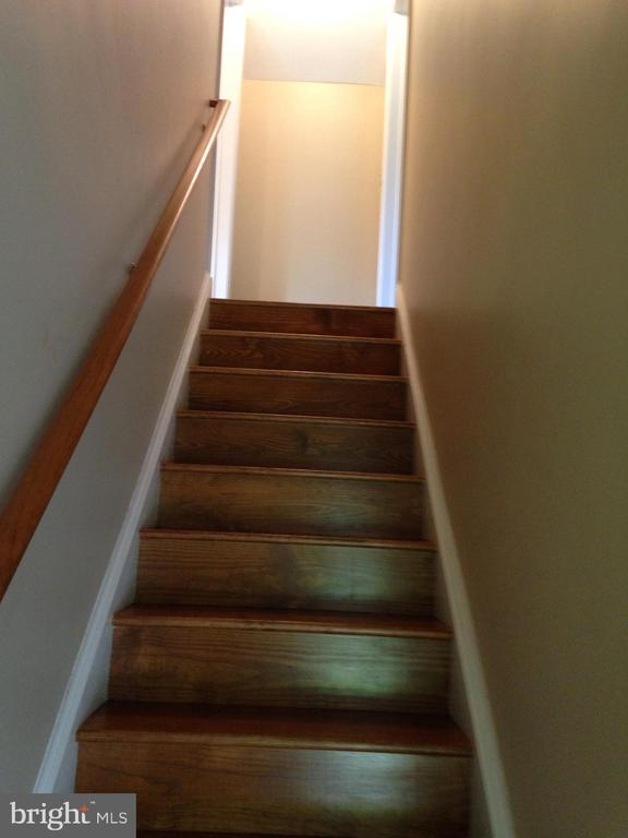 Cottage stairs - 437 WINDWOOD LN, PARIS