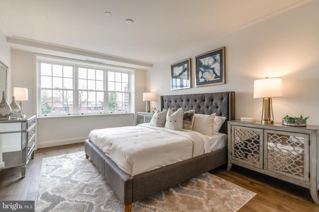 Savvy Master Bedroom with Walk-in Closet - 2660 CONNECTICUT AVE NW #5C, WASHINGTON