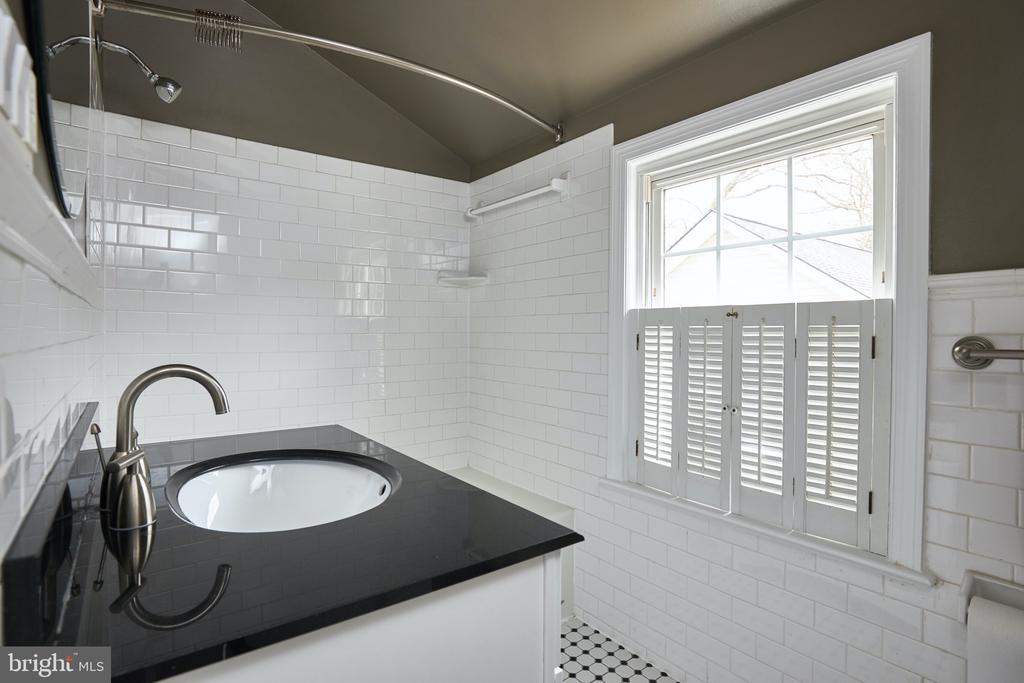 Renovated upper level full bath - 11006 HARRIET LN, KENSINGTON
