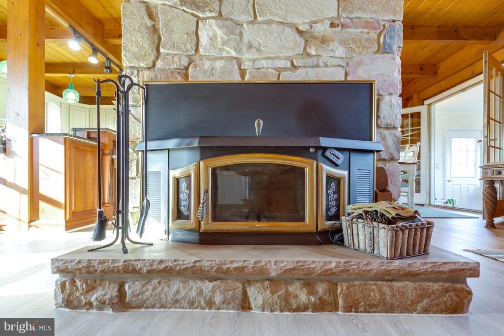 Stone raised hearth fireplace - 15798 LANCASTER FARM RD, NEWBURG